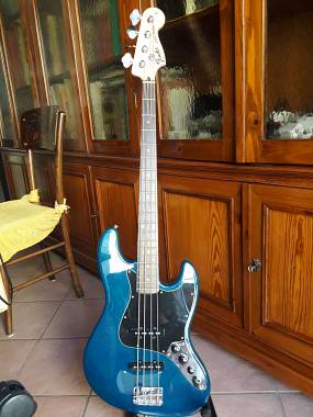 Squier by Fender jazz bass  vendo euro 300 compresa spedizione